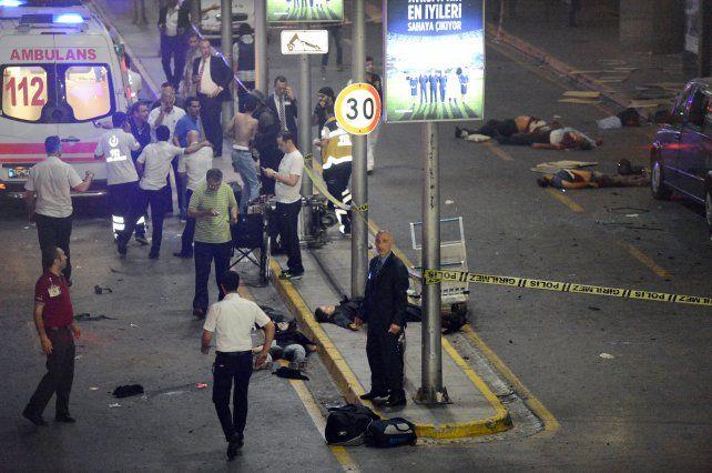 Las cámaras de seguridad captaron el momento del atentado suicida en el aeropuerto de Estambul