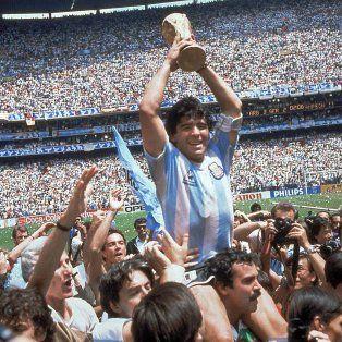 El instante eterno. Diego recorre el estadio Azteca con la Copa del Mundo tras derrotar a Alemania 3 a 2 en la final.
