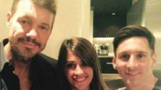 Tinelli junto a Antonella y Leonel Messi en una foto tomada en Barcelona.
