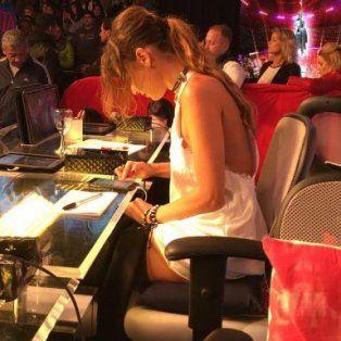 Pampita fue fotografiada mientras miraba su teléfono en pleno show.