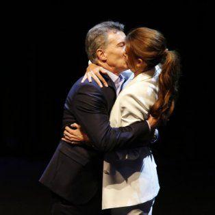 El apasionado beso de Mauricio Macri y Juliana Awada al final del debate presidencial.