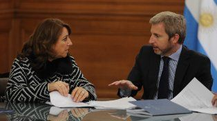 La intendenta Fein y el ministro Frigerio durante la firma del convenio.