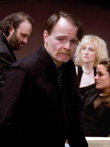 Frente al drama. Machín, junto al elenco de Vigilia de noche.