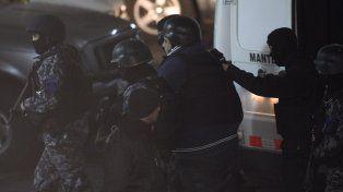 Bajo custodia. Mariano El gordo Salomón, con casco y chaleco, entra a los Tribunales rodeado de agentes de la TOE.
