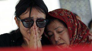 Los familiares de una de las 41 víctimas durante el funeral