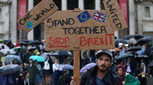 Juntos. Un joven británico sostiene una pancarta contra el divorcio de su país del bloque comunitario.