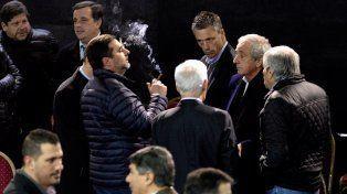 Los dirigentes. Angelici fuma en medio de la reunión del martes. El humo blanco de un acuerdo debe salir de una vez.