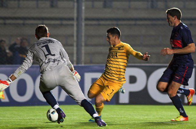 Aporte. Cristian Pavón anota el segundo gol de Boca que encarriló el trámite del partido.