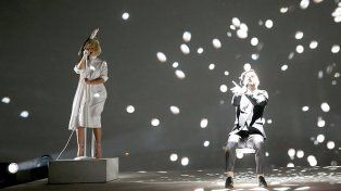 Por un descuido, la cantante Sia dejó por primera vez su rostro al descubierto en el escenario