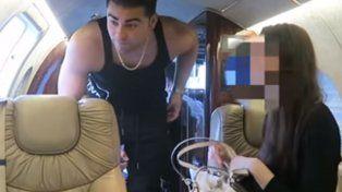 Coby Persin y su invitada a bordo del lujoso jet.