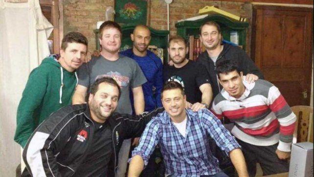 Mascherano y la foto para el recuerdo junto a sus amigos de la infancia en San Lorenzo.