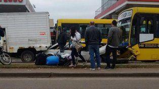 El Fiat quedó atrapado entre el colectivo y el camión de reparto. (Foto vía Twitter @leodelgado2).