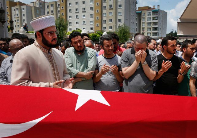 de duelo. Un clérigo musulmán preside el funeral público de una de las 44 víctimas que dejó el ataque del martes.