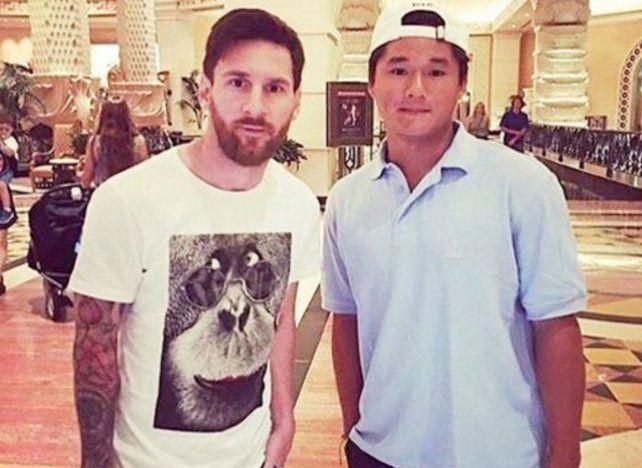 Messi posa junto a un admirador en el lobby del hotel de Bahamas.