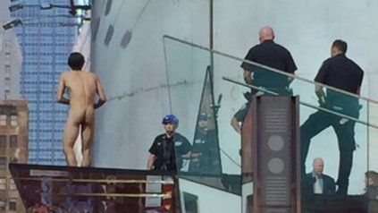 Se desnudó en Times Square para pedir un encuentro con Donald Trump