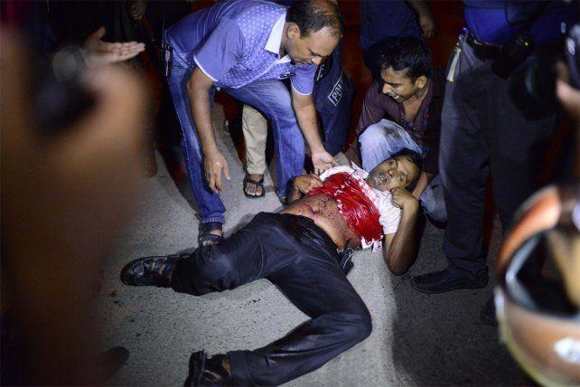 Dos muertos, más de 20 heridos y toma de rehenes en un ataque del Estado Islámico en Bangladesh