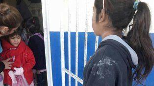 Indigno. Tiene ocho años y fue a la escuela sin zapatillas a buscar a su hermana menor.