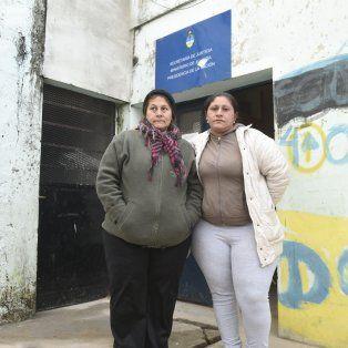 La abuela y la madre de Víctor, frente al local del Centro de Asistencia Judicial (CAJ) que cerró la Nación.