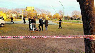 En el césped. El cuerpo de Blanco apareció detrás de la cancha de básquet.
