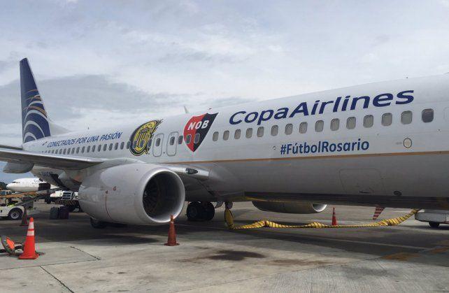 Ploteado. El Boeing 737 de la empresa panameña tiene marcas ineludibles del fervor rosarino.