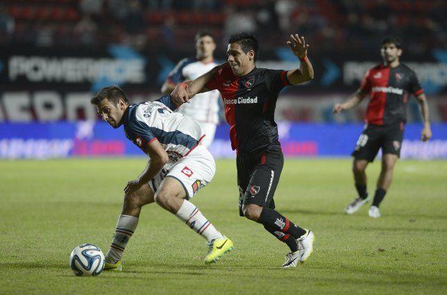Ahora en el mismo equipo. Facundo Quignon cuida la pelota ante Víctor Figueroa