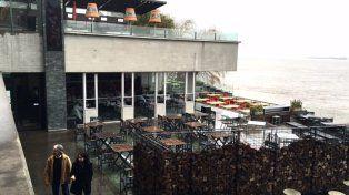 El resto bar Davis junto al Paraná. Los delincuentes actuaron en la mañana gris y con niebla.