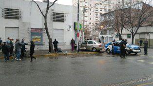 La mujer atropellada espera ser atendida. La imagen del choque es elocuente. Fue en Necochea y Cochabamba.