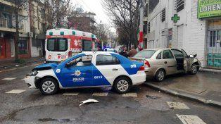La imagen es elocuente: el patrullero y el Corsa terminaron con serios daños materiales. No hubo heridos entre los ocupantes de ambos vehículos.