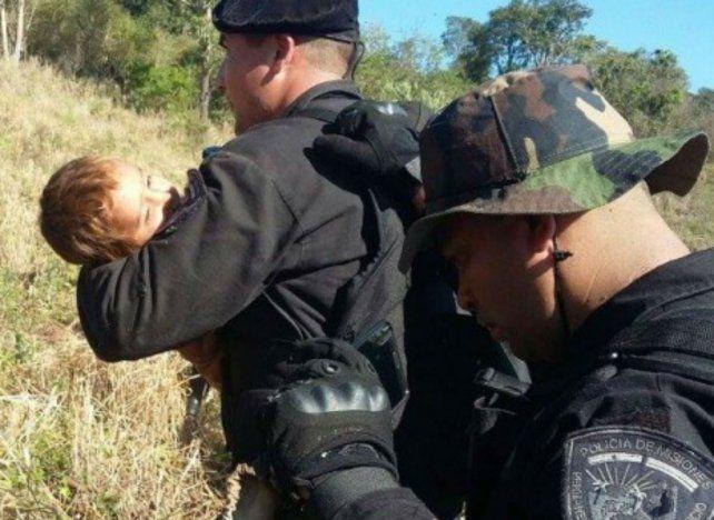 Efectivos del Grupo de Operaciones Especiales (GOE) de la policía misionera traslada a Leonel hasta el hospital.