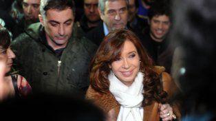 La expresidenta saludó a los manifestantes en Aeroparque.