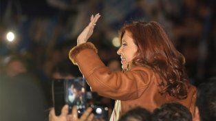 Cristina Kirchner fue recibida por militantes en Aeroparque y Recoleta.