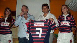 Otros tiempos. Salinas, micrófono en mano, cuando esponsoreó un club de rugby.
