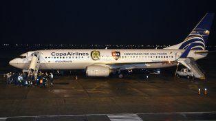 Futbolero. El avión de Copa luce los escudos de la pasión rosarina.
