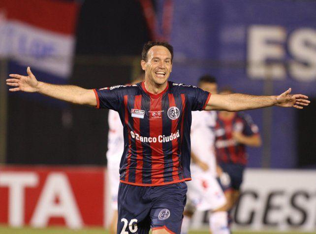 Venga ese abrazo. Mauro Matos fue apuntado por Diego Osella para tener una alternativa a Nacho Scocco.