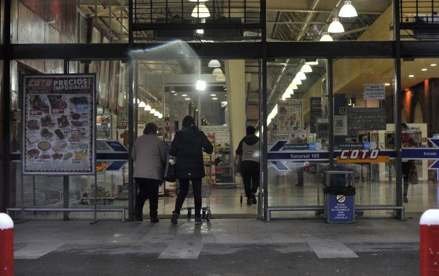 En la sucursal del shopping Alto Rosario los clientes ingresaron a comprar el domingo.