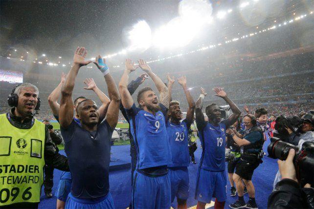 El festejo de los jugadores franceses tras el triunfo sobre Islandia.