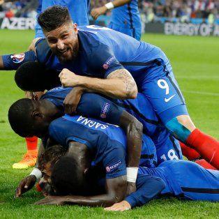 Giroud, una de las figuras, festeja uno de los goles ante Islandia.