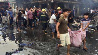 devastación. Civiles y bomberos retiran cadáveres de entre los restos del distrito de Karada