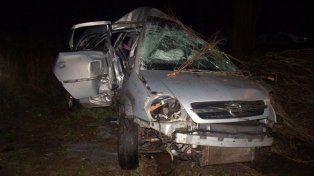 destruido. El Chevrolet Meriva en el que viajaban las víctimas.