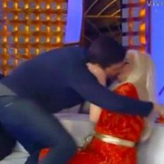 Tremendo beso en la boca se ligó Susana en pleno programa.