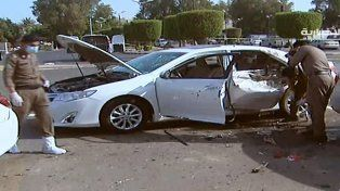Un auto afectado por la explosión de un suicida en cercanías del consulado de EEUU en la ciudad de Jeddah.