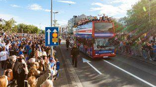 Con el saludo vikingo miles de islandeses recibieron a su selección de fútbol