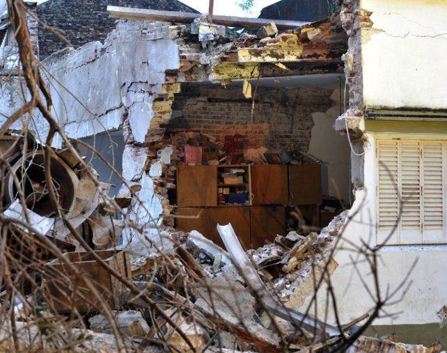Sólo escombros. Así quedó la casa donde vivía el herido más grave.