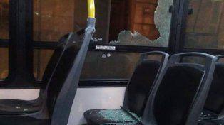 Destrozos. Uno de los micros que sufrieron daños en las ventanillas.