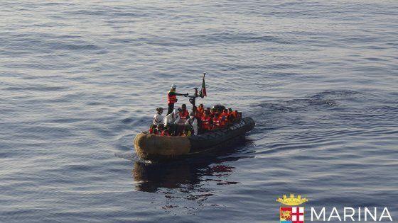 Penoso. Una lancha inflable de la Prefectura con migrantes rescatados.