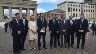 macri dio un paseo por la puerta de brandeburgo y fue saludado por turistas argentinos
