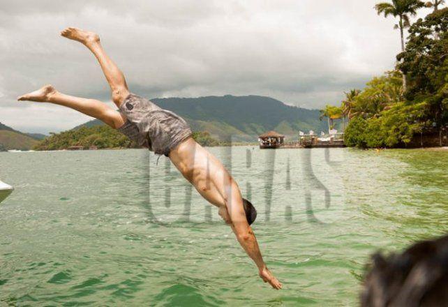 Ramsés ostenta su soltería y muestra su lomazo con fotos en las playas de Brasil