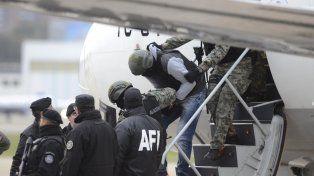 Doble. Quien bajó del avión ayer en Aeroparque no era Pérez Corradi.