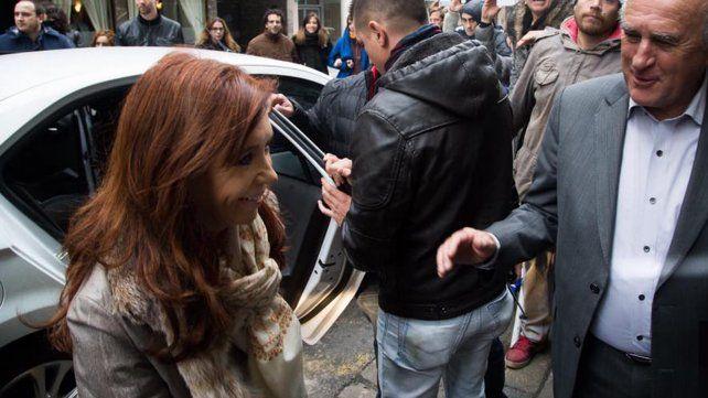 Cristina llegó a Tribunales para declarar y fue recibida por militantes que la ovacionaron