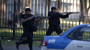 Los policías que formaban parte del operativo repelieron el tiroteo entre barras.